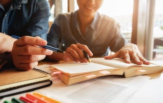 Conceito De Educacao Estudante Estudando E Brainstorming Conceito De Campus Perto De Estudantes Discutindo Seu Assunto Em Livros Ou Livros Didaticos Foco Seletivo 1418 627
