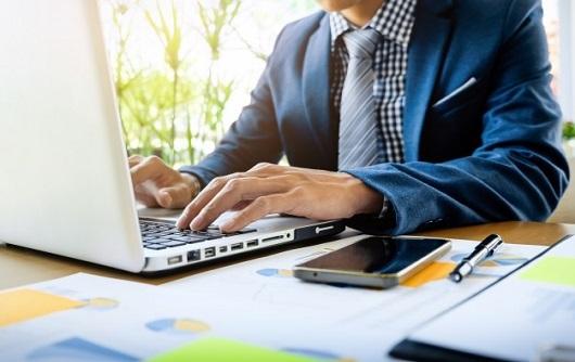 Homem De Negocios Que Trabalha No Escritorio Com Documentos De Dados De Laptop Tablet E Graficos Em Sua Mesa 1423 107